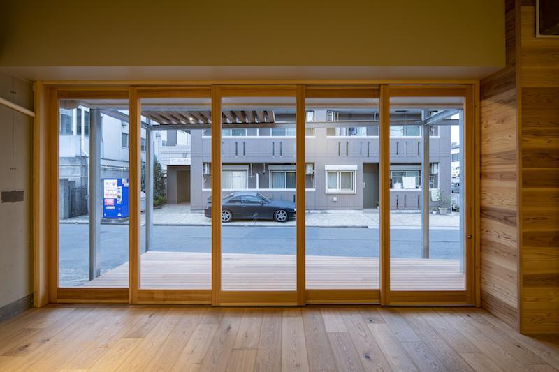 木ガラス戸が開放的です(テナントB)