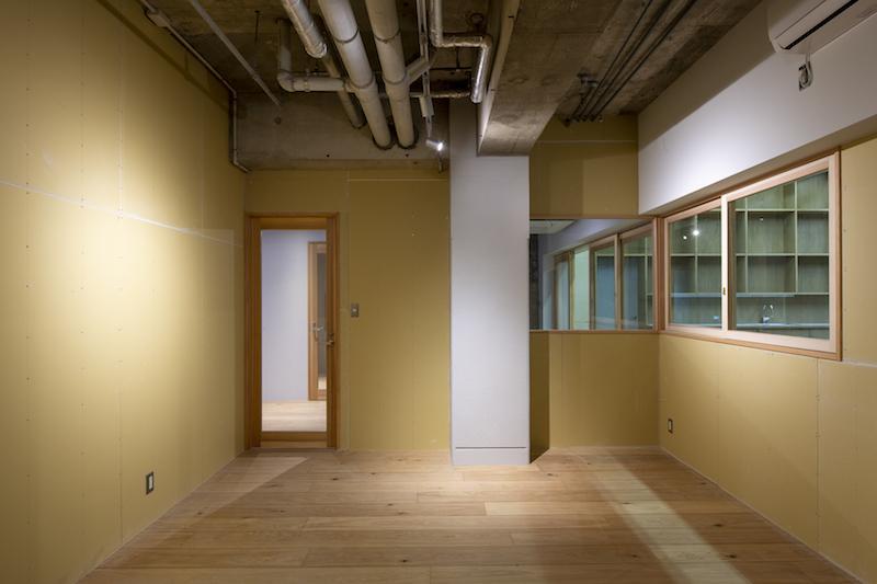 共用リビングスペースと共用廊下に面しています(テナントC)