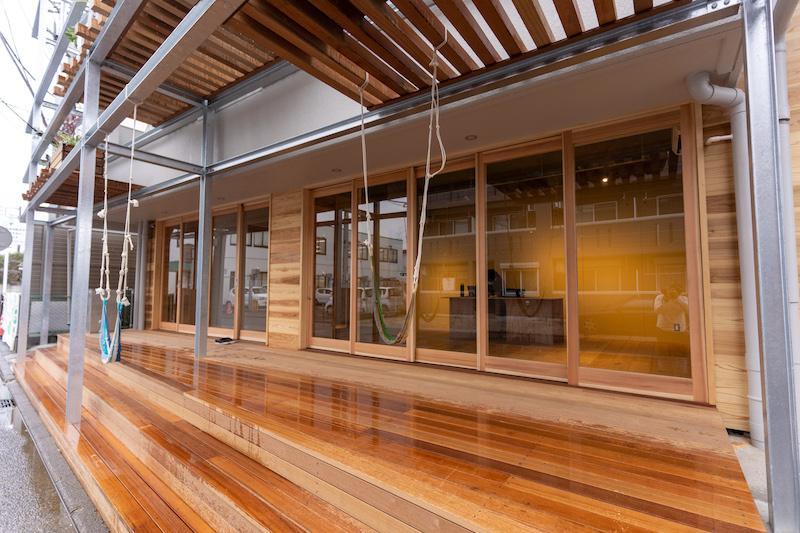 1階テナント部分は木ガラス戸とウッドデッキの組み合わせで、温かい印象です