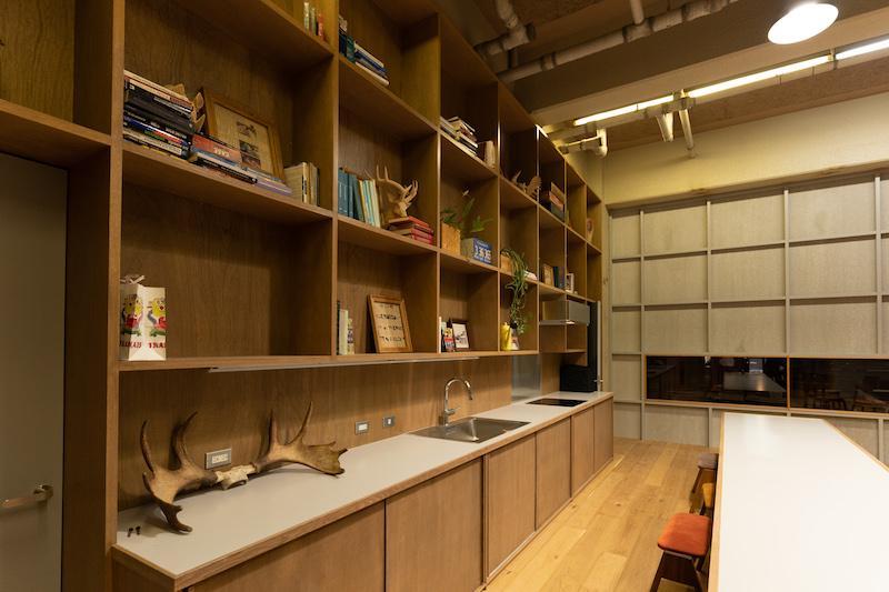 大きな造作の棚は長い時間をかけて、いろいろなモノをレイアウトしていって欲しいです