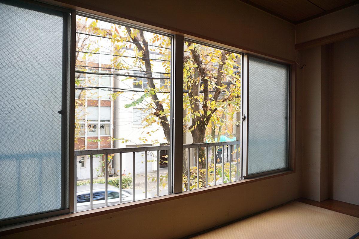 2階:2〜4階からは「三鷹通り」のケヤキが見える