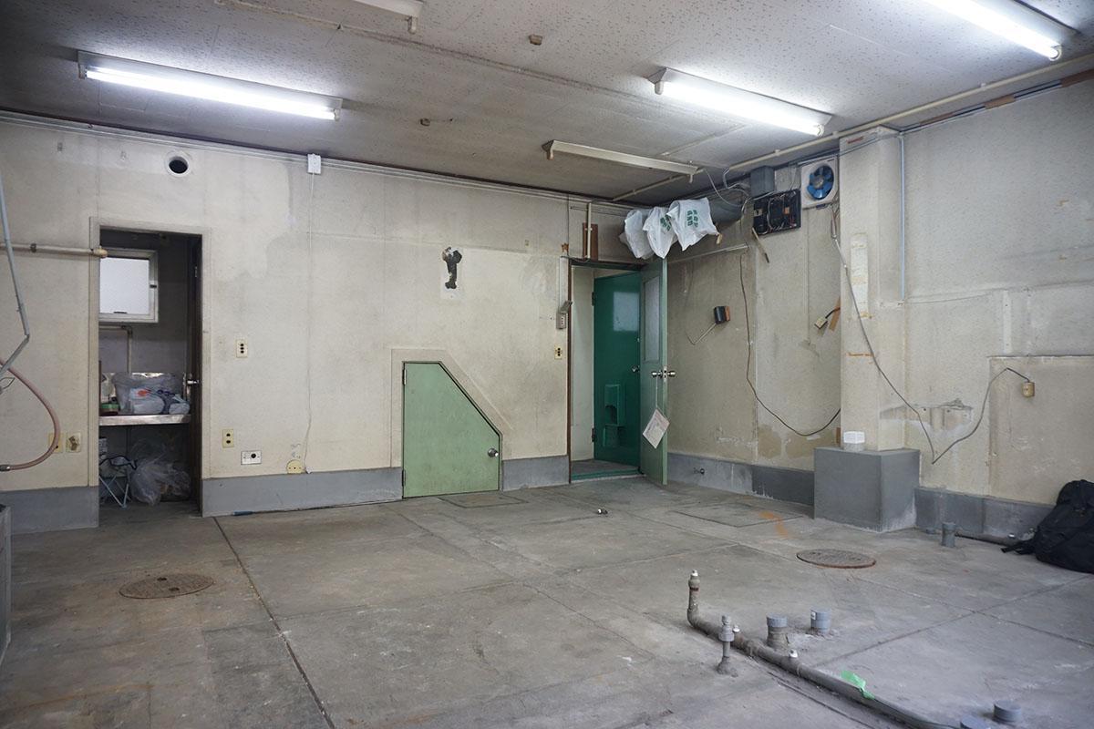 1階:天井高約2.4m、天井を抜けばガラッと雰囲気が変わりそう。奥の濃いグリーンが裏口
