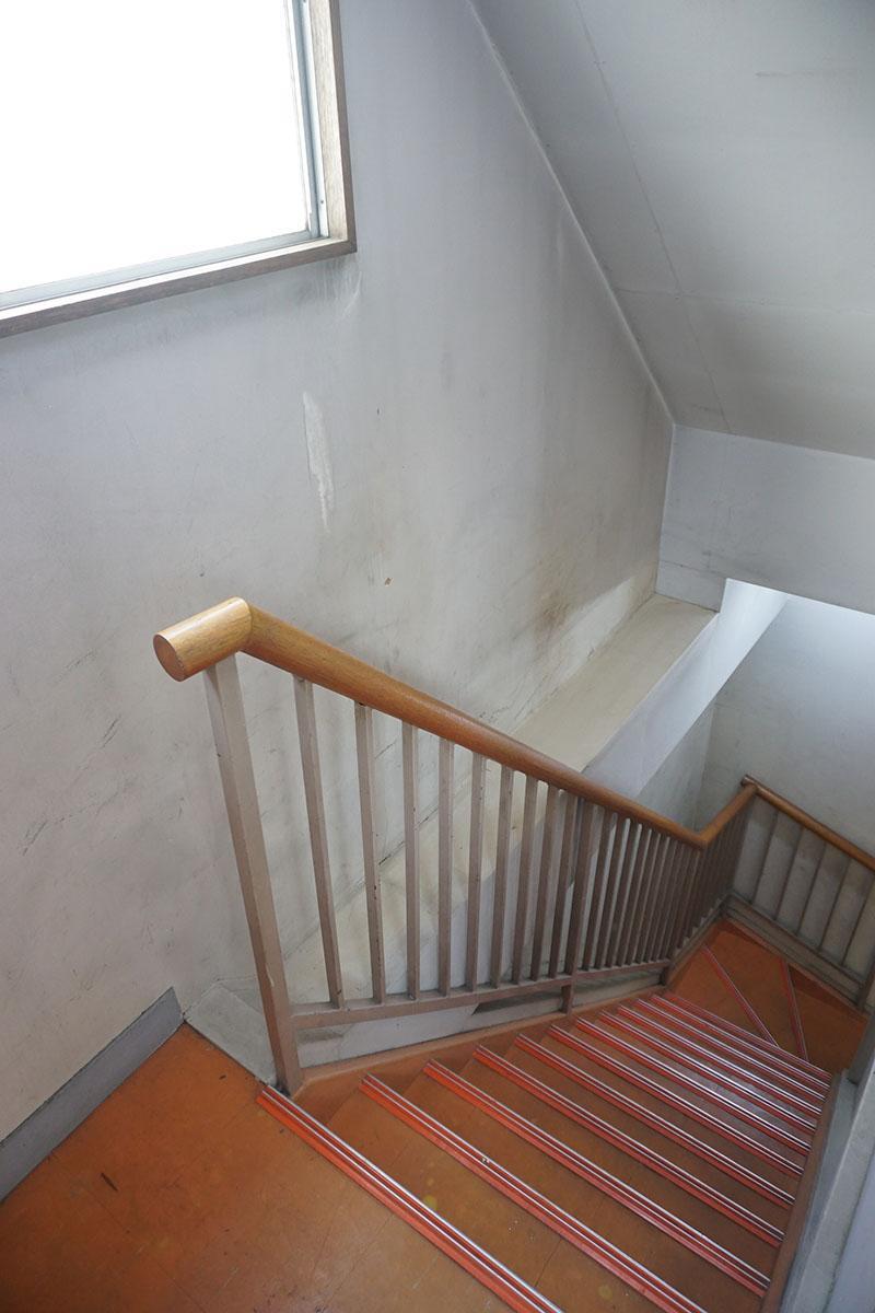 2階〜4階の階段はオレンジ。こういうところにグッときます