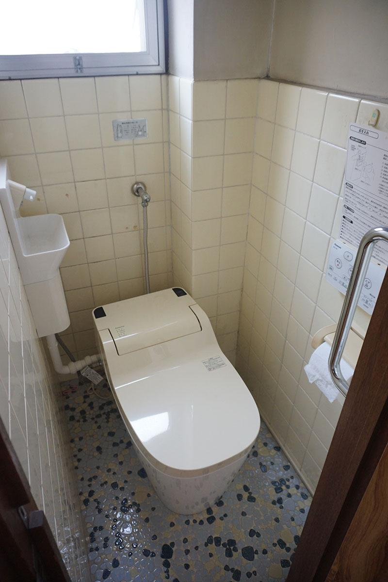 4階トイレ:割と新しいのでクリーニングすれば使える。2階と3階も同様