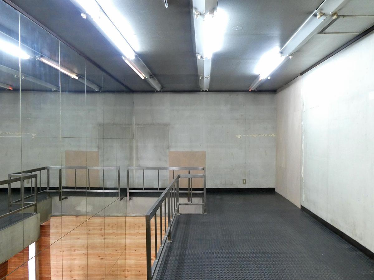 2階:天井高は約2.4m。写真左手の壁は鏡張り