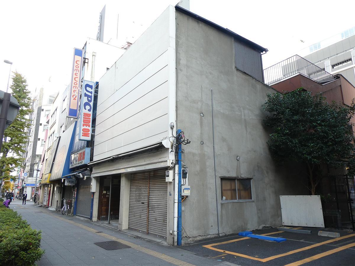 外観はシンプル。奥の区画です。前は首都高と昭和通り