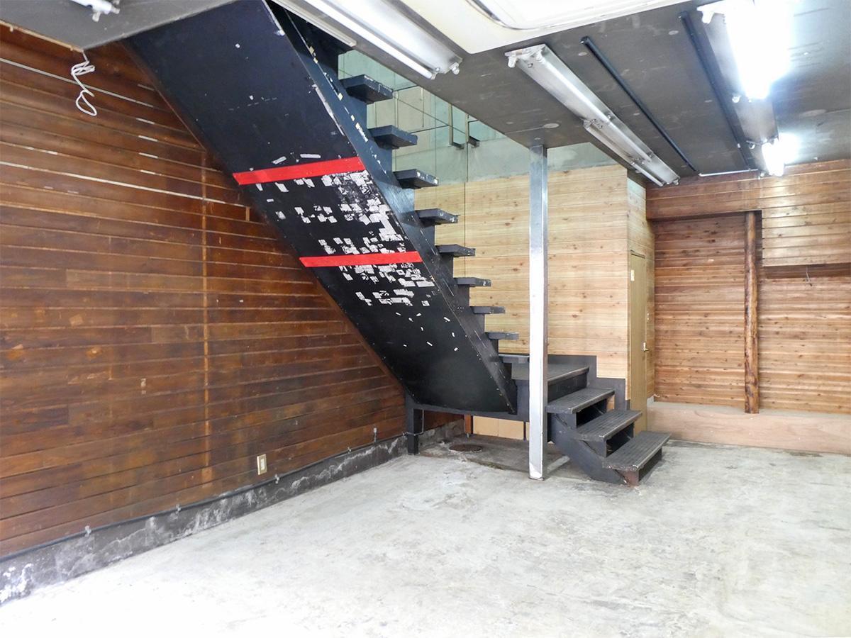 1階:床は土間、壁は板張り