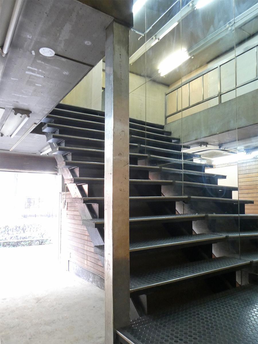 階段。幅は広め。横は鏡ばり
