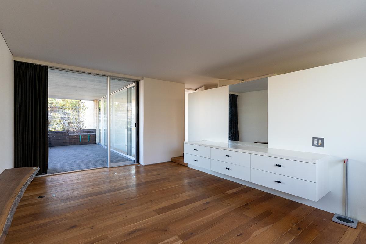 約17畳の寝室。窓の先がルーフテラス