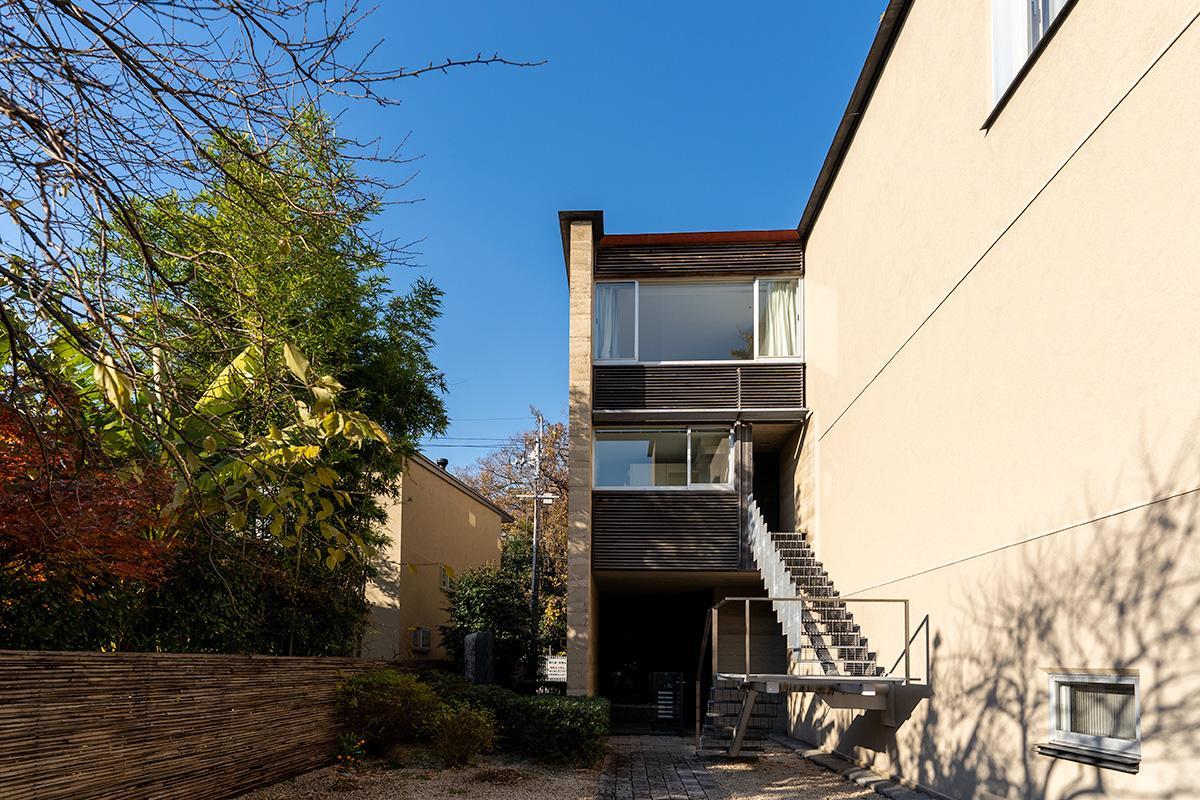 凛とした空気感のある豊かな共用庭。正面に見える2、3階の窓が当物件の区画