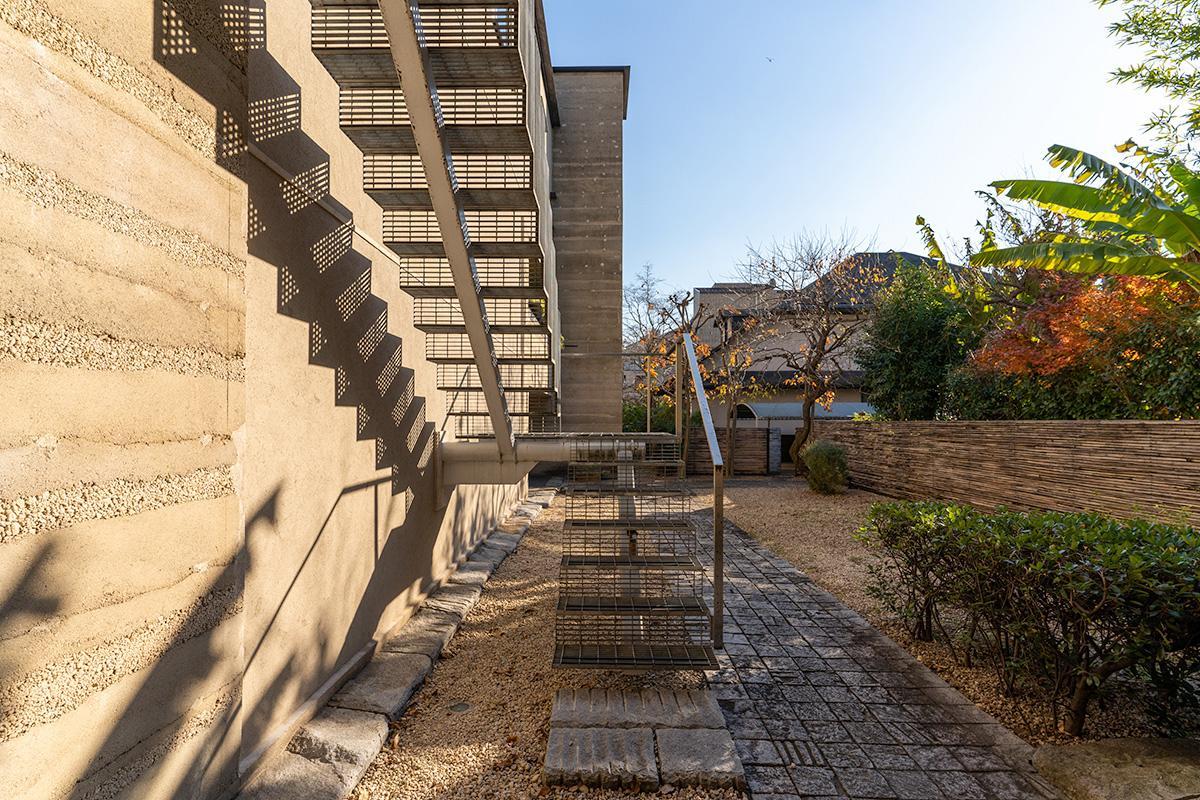 この階段を上がった先の2階部分が今回の区画の玄関