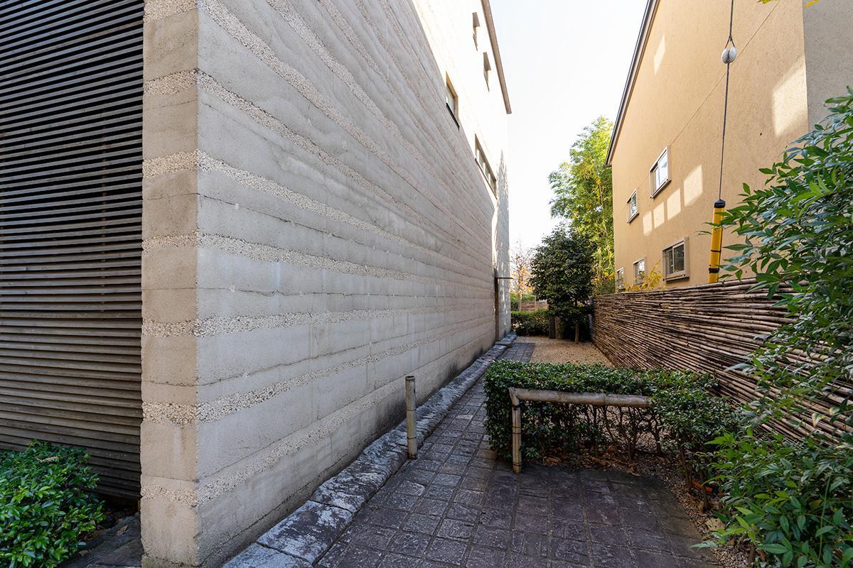 道路から集合住宅のエントランスに至るアプローチ部分