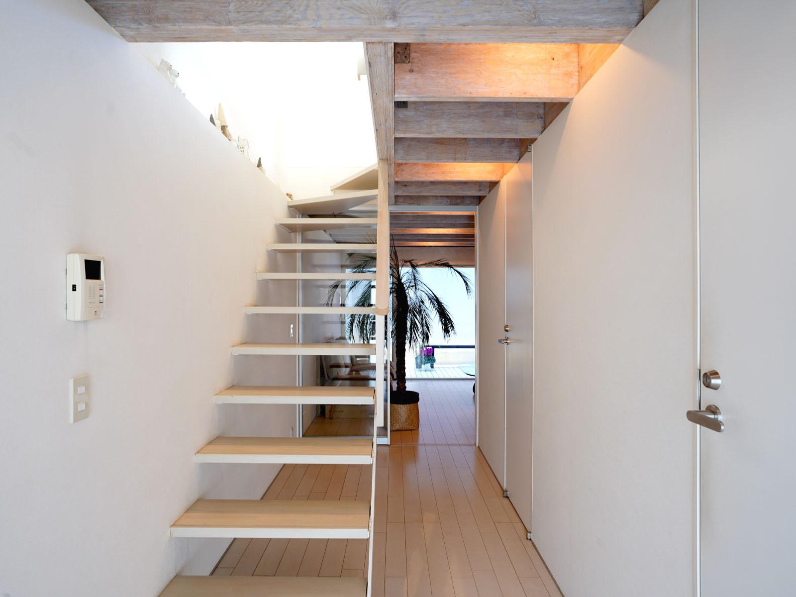 1階:玄関から、見通しがいい階段の先に1部屋
