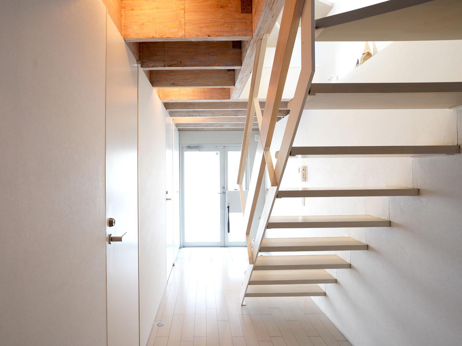 1階:突き当りが玄関、左側にバストイレが並ぶ
