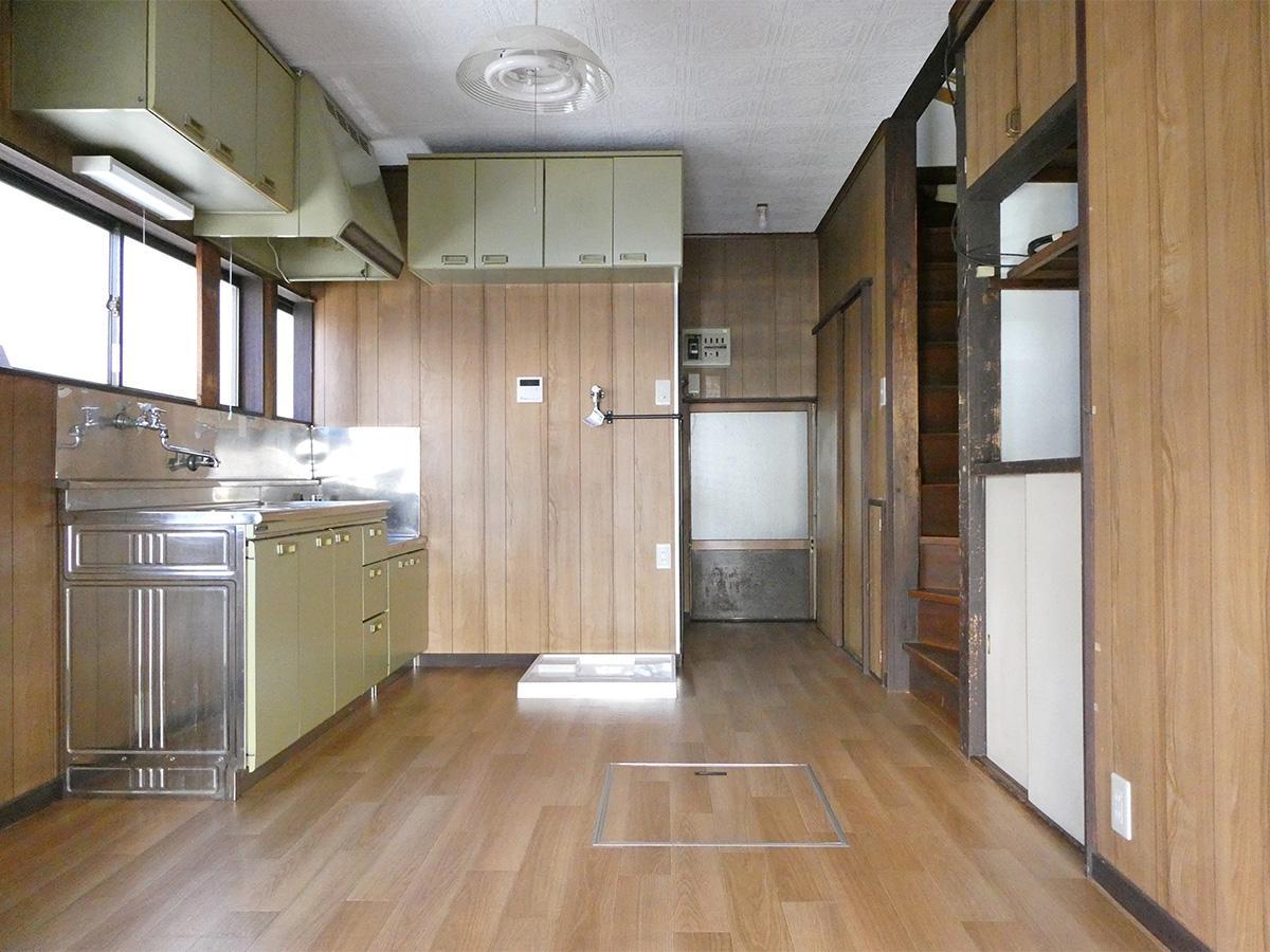 1階:東側は住居スペース。小さめダイニングテーブルなら置けそう
