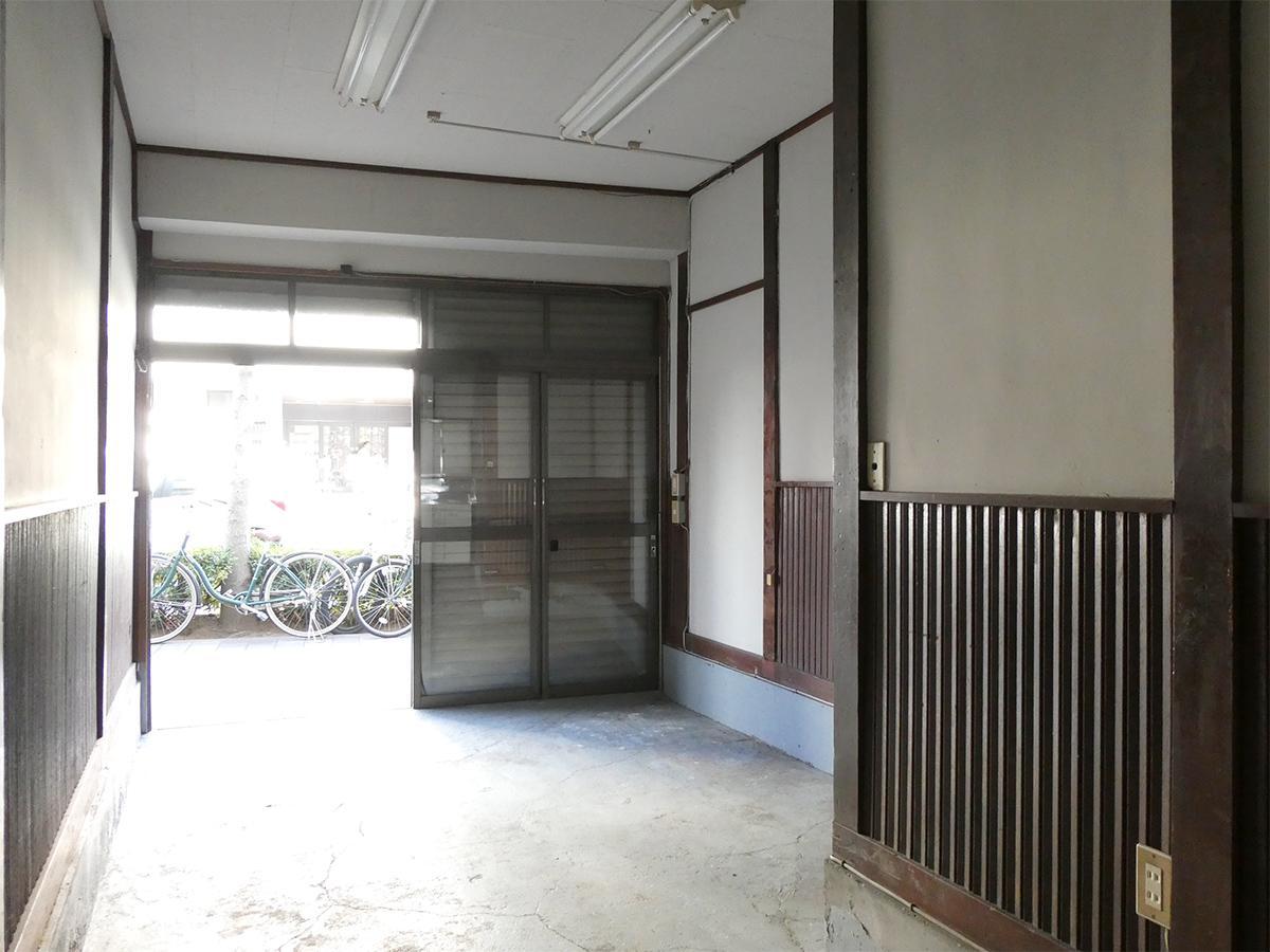 1階:土間部分を南側から。ドアは全面ガラスの引き戸