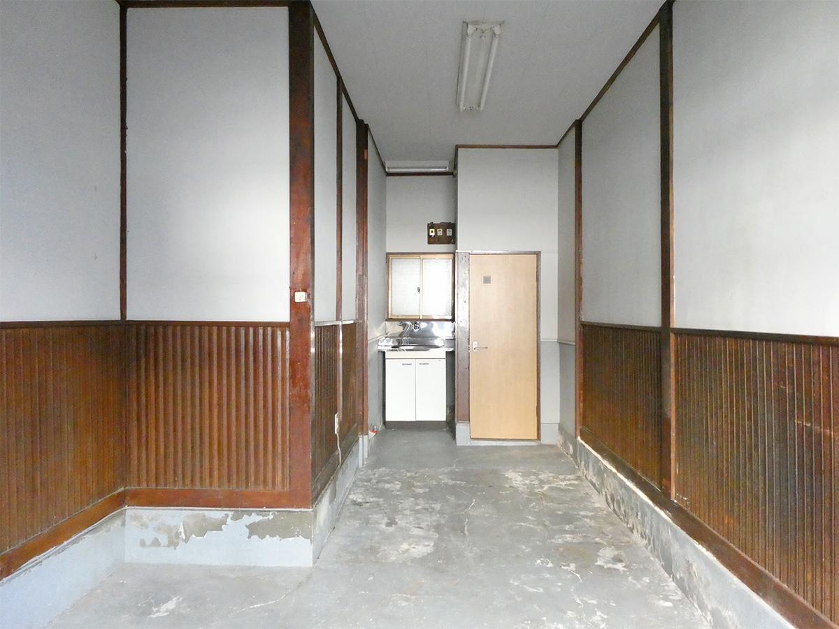1階:奥に洋式トイレと水道
