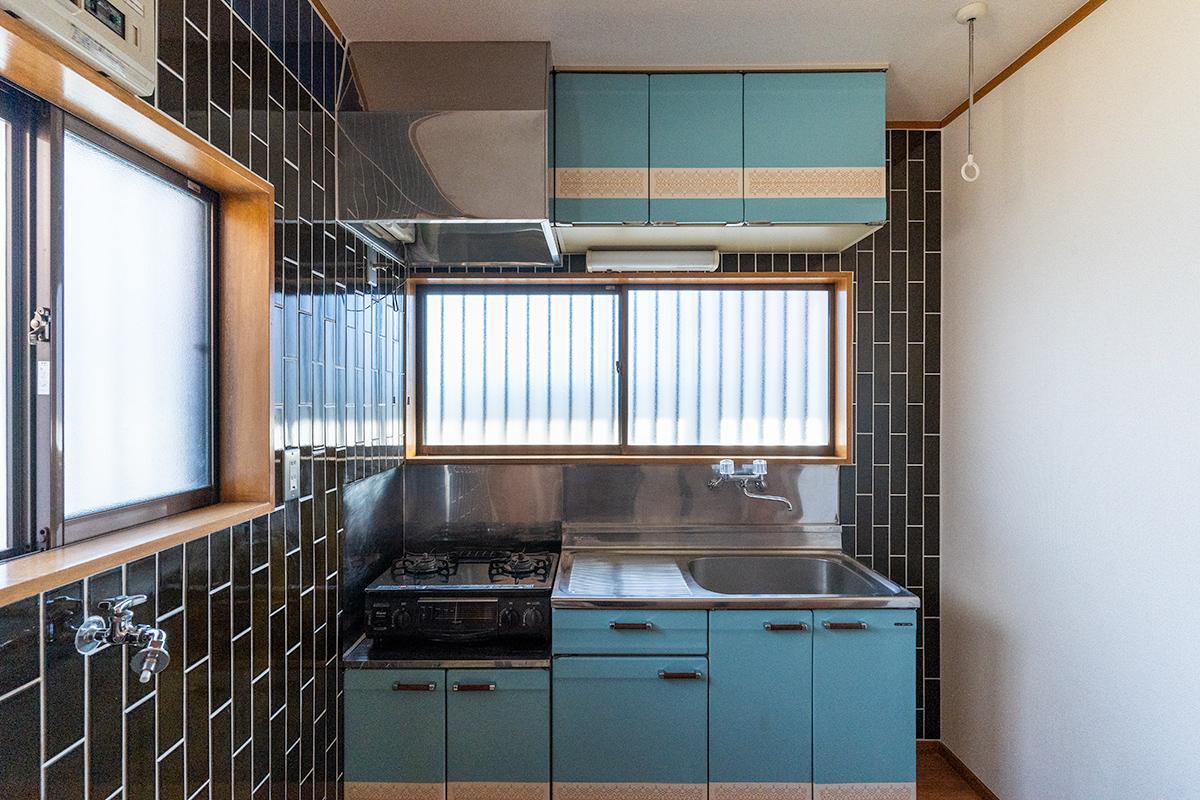 レトロビルに使われるような釉薬タイルと昔ながらのデザインがかわいいキッチン