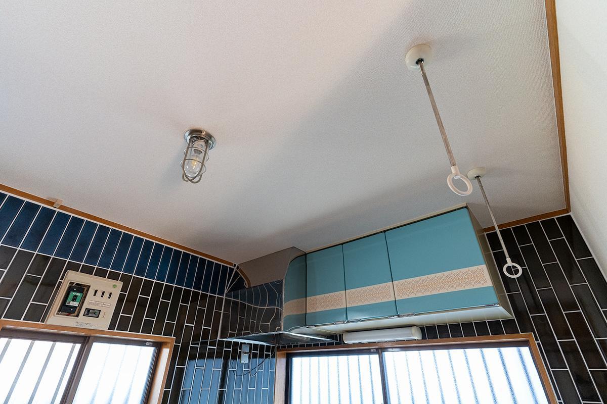 天井には船舶用照明と室内用物干し