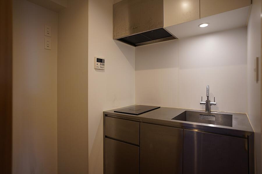 キッチンはコンパクトですが、使いやすそう。コンロは、IHコンロが2口あります