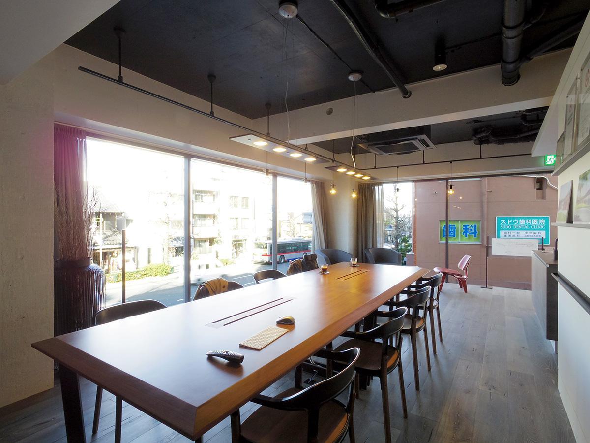 床から天井近くまで大きく取られた窓と天井高が相まって、とても開放的な空間