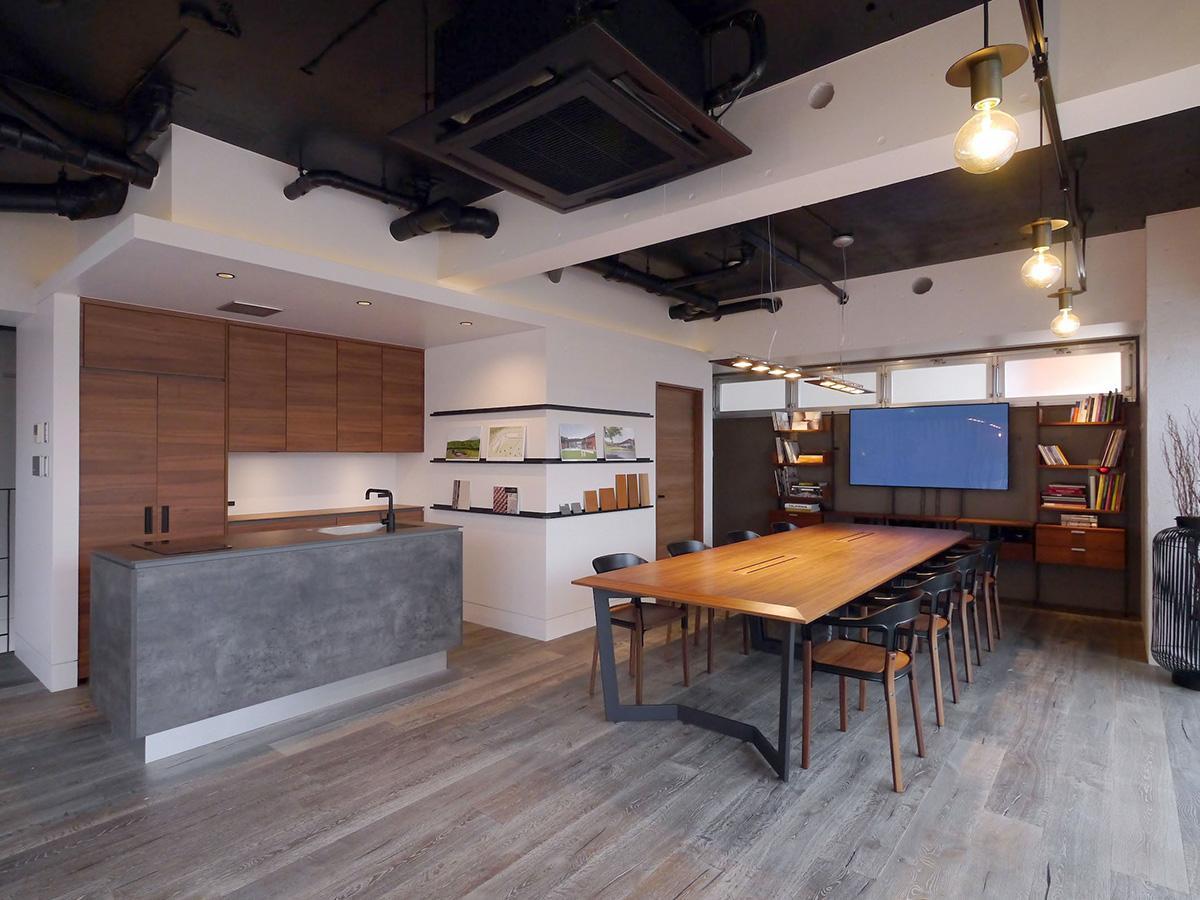 Herman Miller社製のラウンジチェア、Magis社製の会議チェアなど、ハイエンドな家具が並ぶ