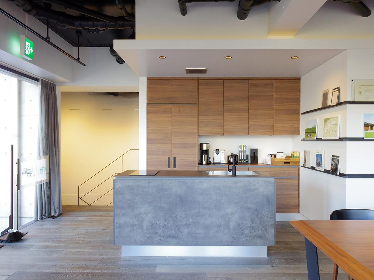 ラウンジのアイランドキッチンは対面式で、入居者どうしのコミュニケーションの場として一役買いそう