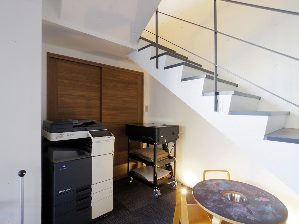 階段下には複合機、レーザーカッターを配置