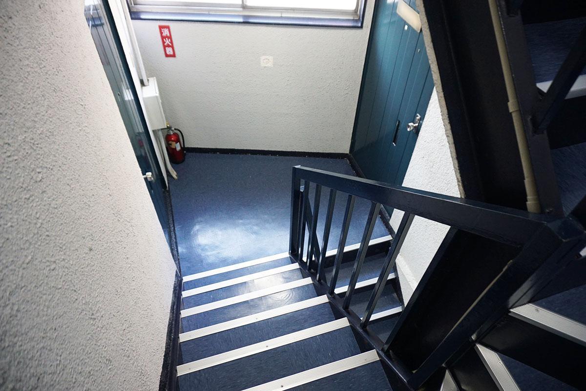 ぐるりと回る階段。1フロア2区画で隣は設計事務所