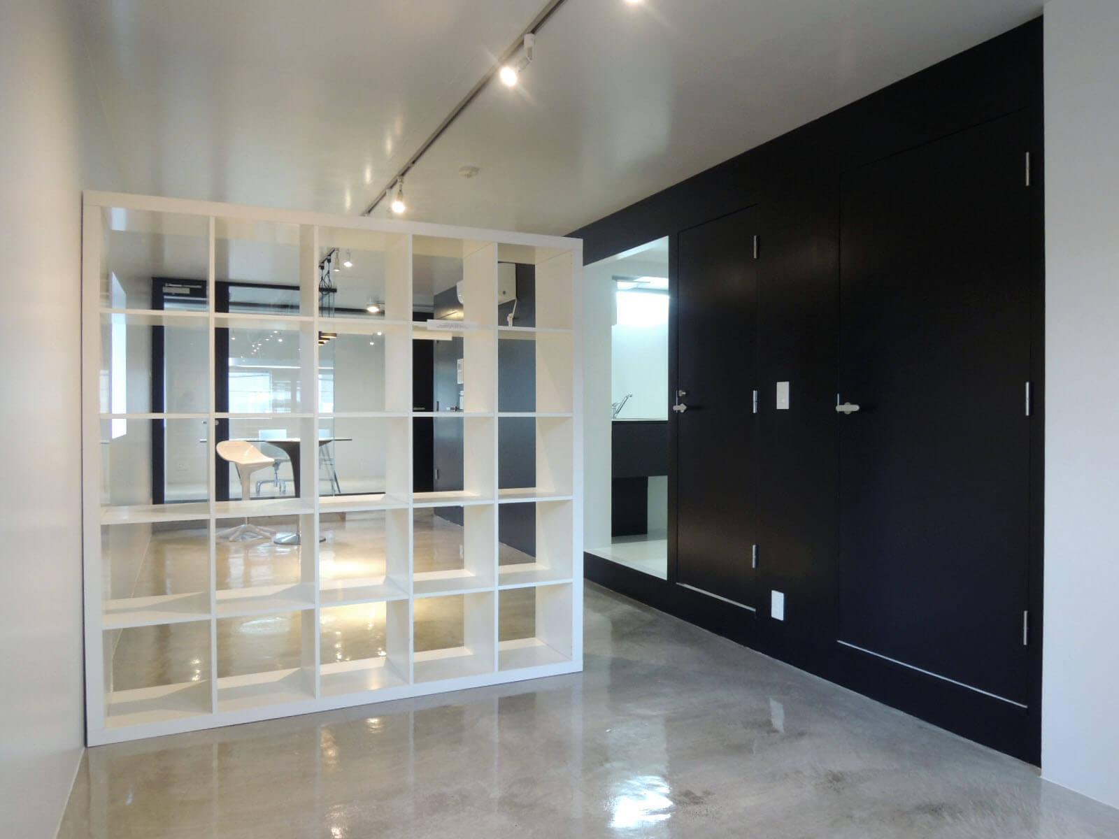 備付の棚は移動可能、目隠しにしても壁付けにしても