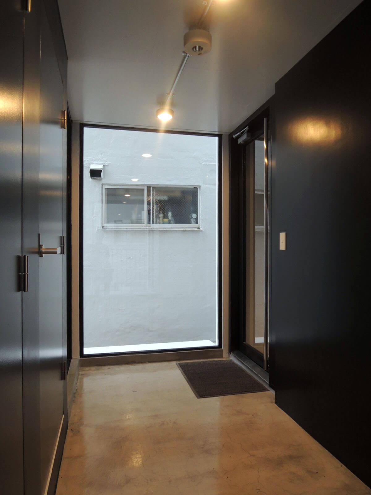 右奥が玄関扉、壁沿いに本棚くらいは置けちゃいそうな広い廊下
