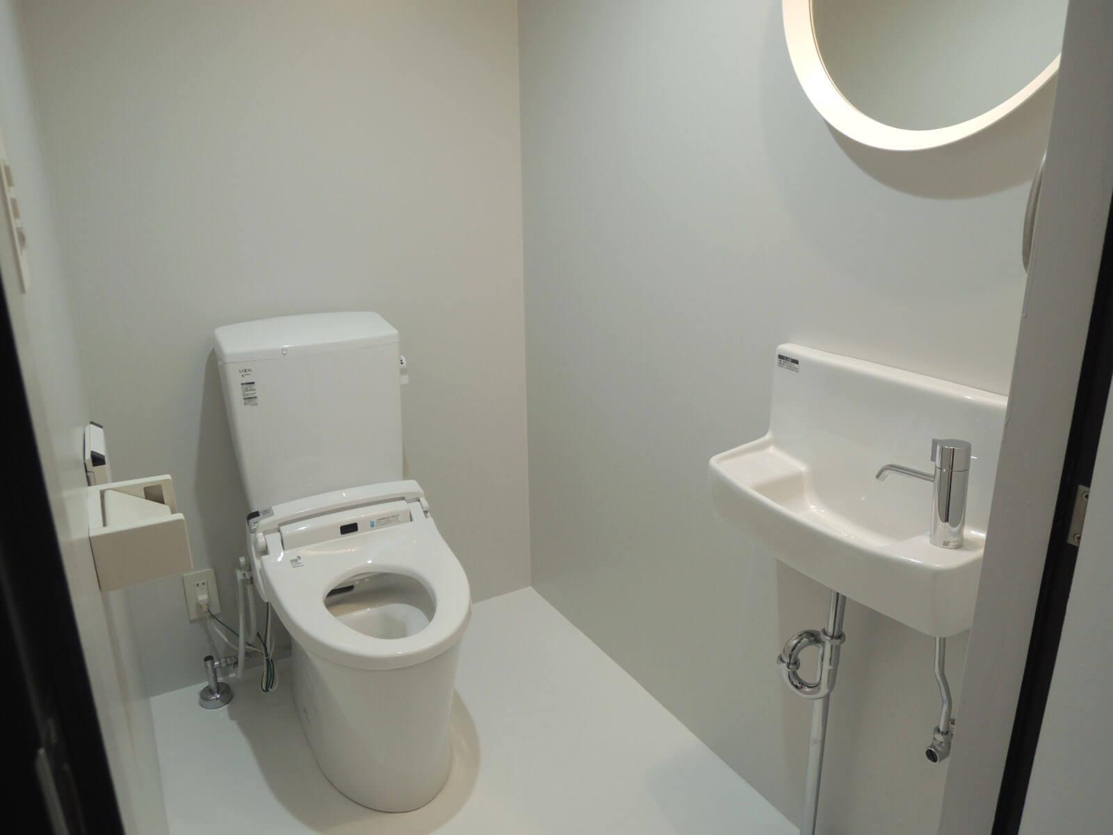 キッチンに続いて、おとなりのトイレ内も真っ白