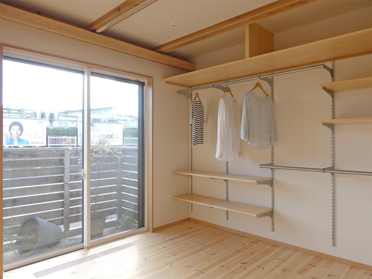 1階:8畳の洋室。収納あり