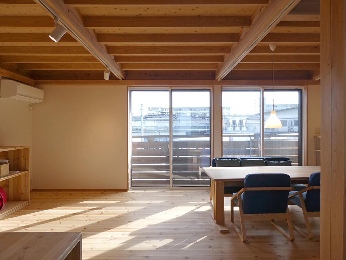 2階:窓の外はパン工場