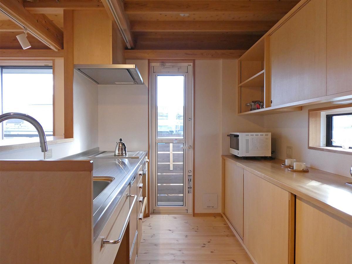 キッチン。広々していて使いやすそう。コンロはIH。写真はありませんがパントリーもあります
