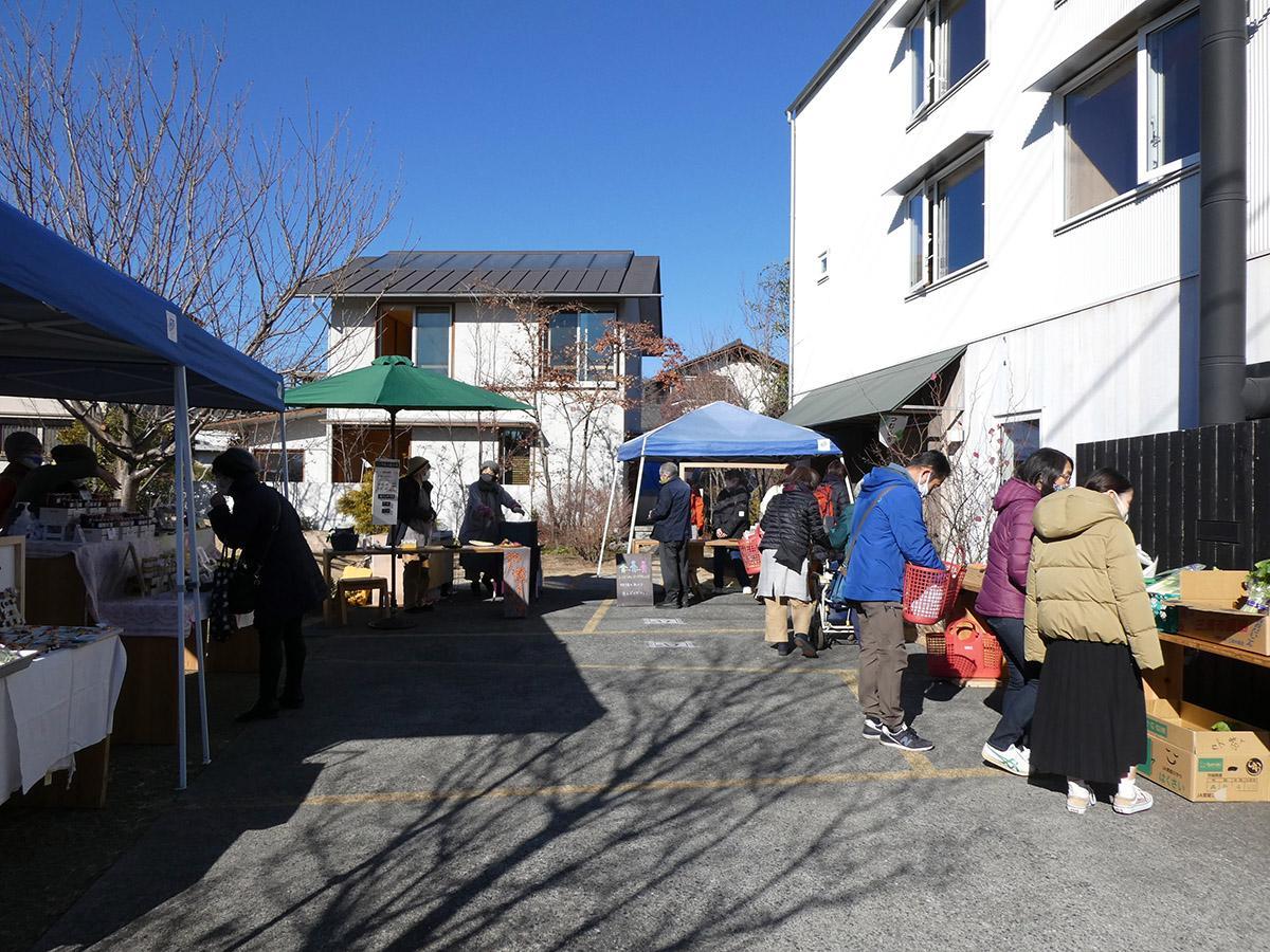 徒歩15分ほどの場所で月に1回マルシェが開催されています。地元のお野菜なども販売