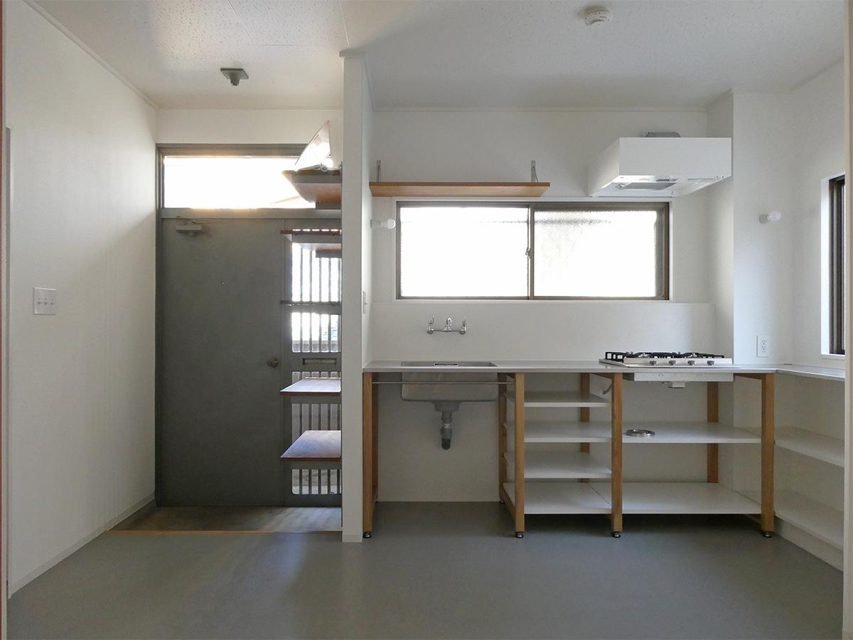 キッチンはゆったりめのサイズ。コンロは4口。造り付けの棚も活躍しそう