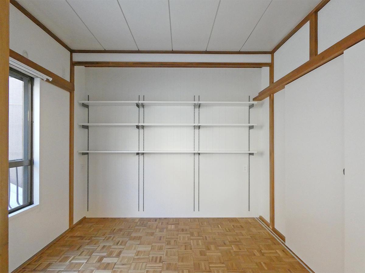 南側の洋室(6畳)を区切るとこんな感じ。棚は可動。グリーンや本を置きたくなります