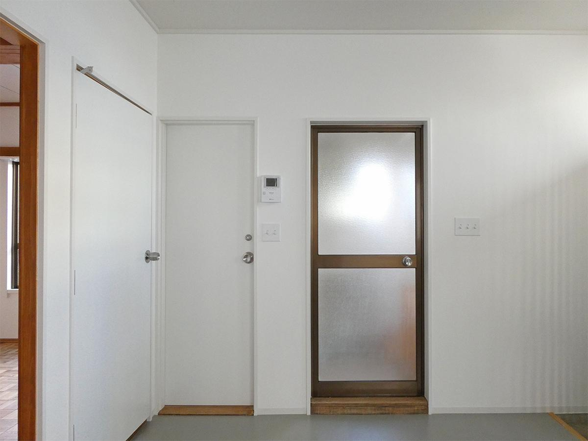 左のドアがトイレ、右のドアが洗面、お風呂