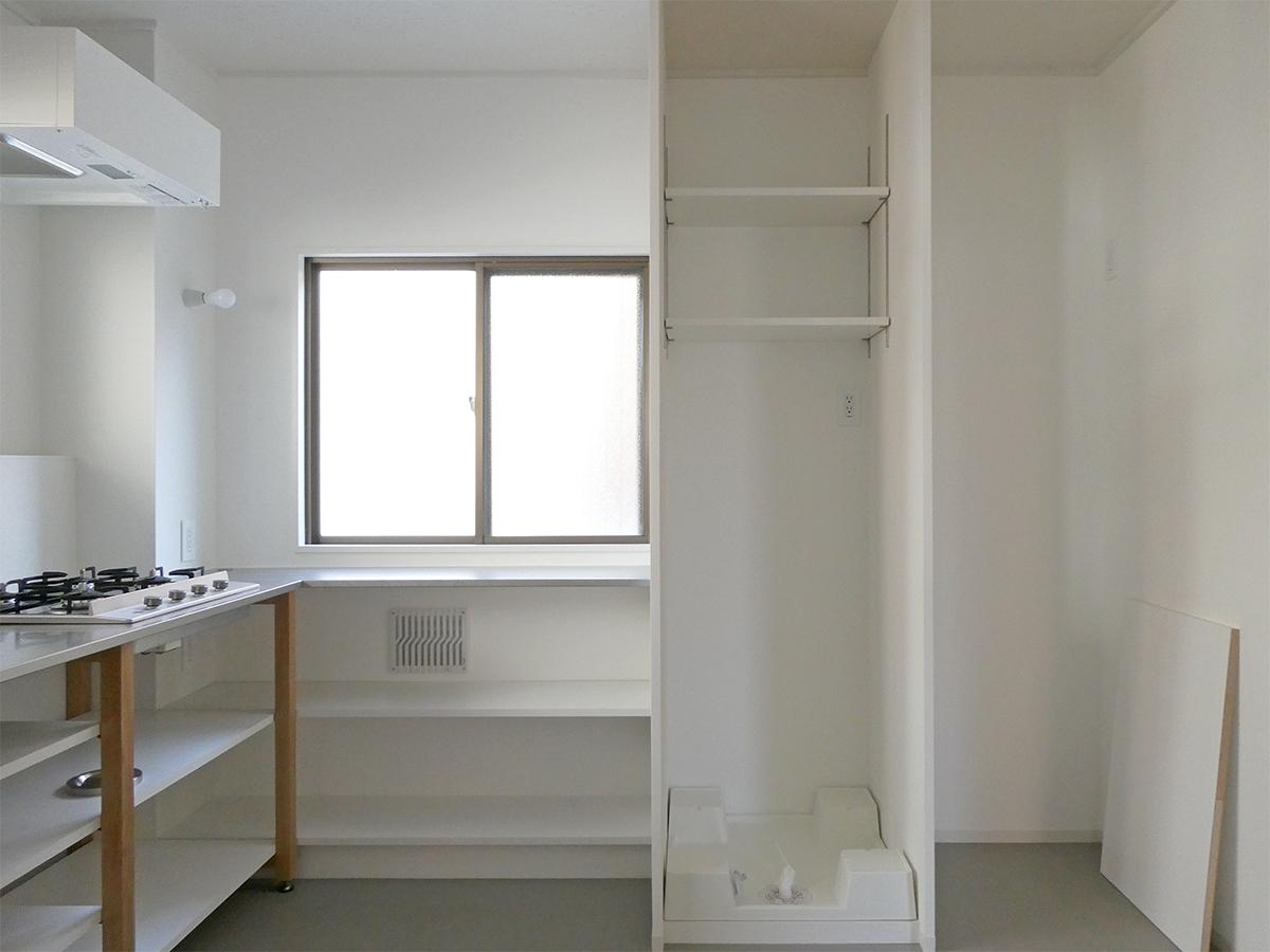 洗濯機置き場は幅約64cm、冷蔵庫置き場は約70cmと一般的