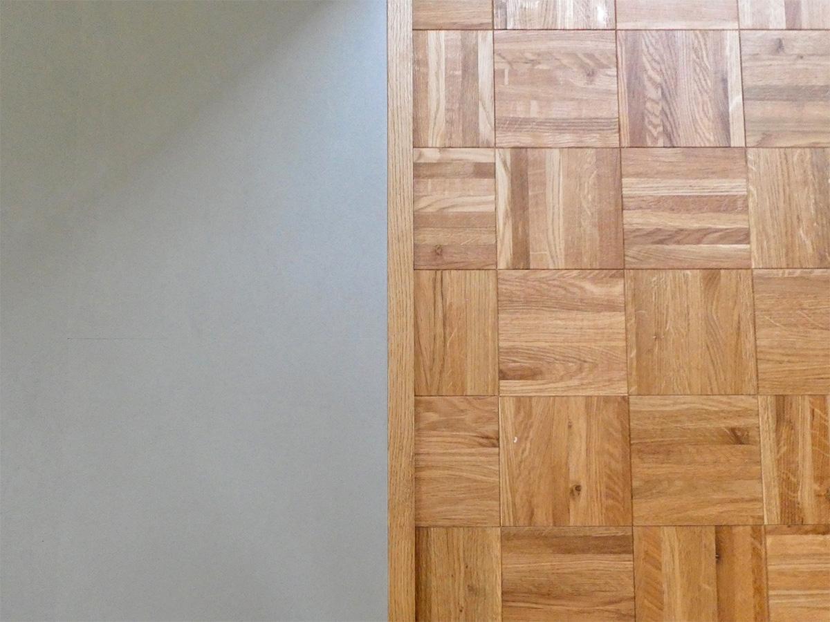 床の仕上げ。洋室部分は、オークのパーケットフローリング。DK部分は薄いグレーのPタイル