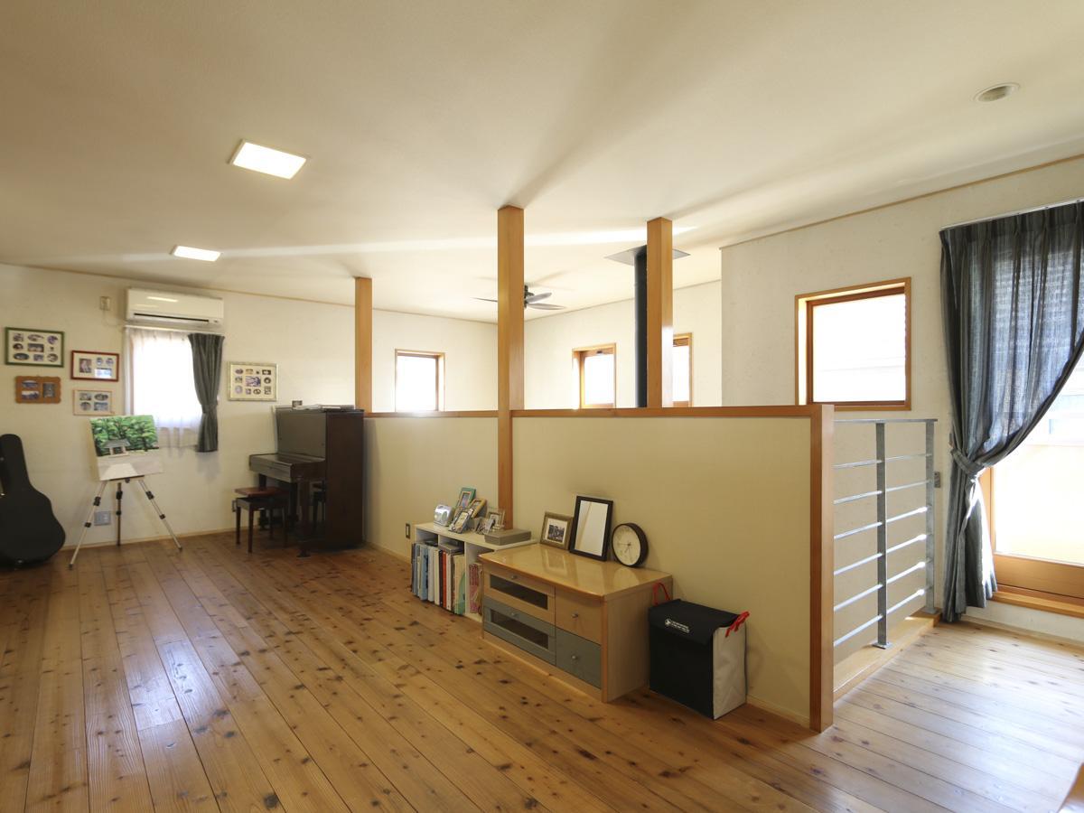 2階オープンスペース。左手に2畳程度の小部屋があり、書斎やクローゼットにちょうどいいサイズ