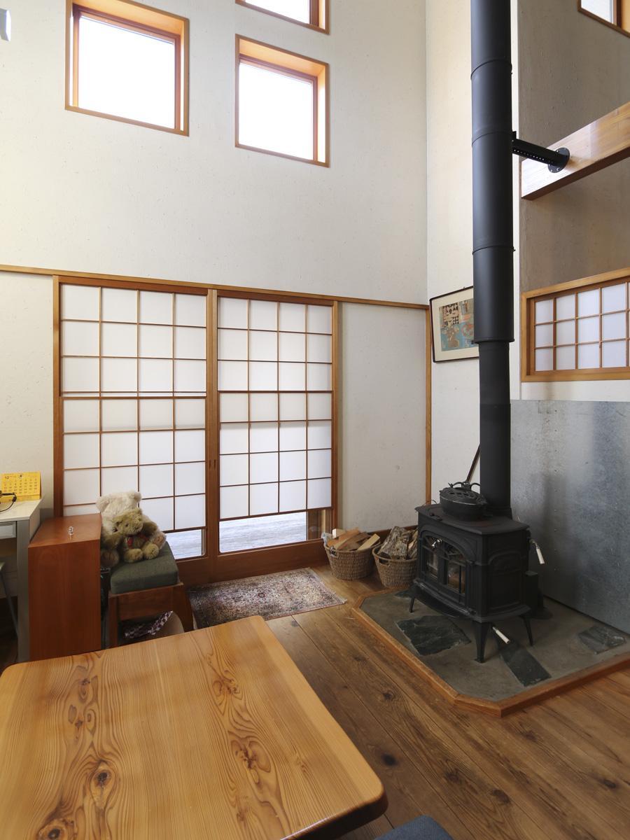 窓には木サッシと障子、リビングの床にはブランド杉「木頭杉」を使用。経年により艶が出て良い雰囲気