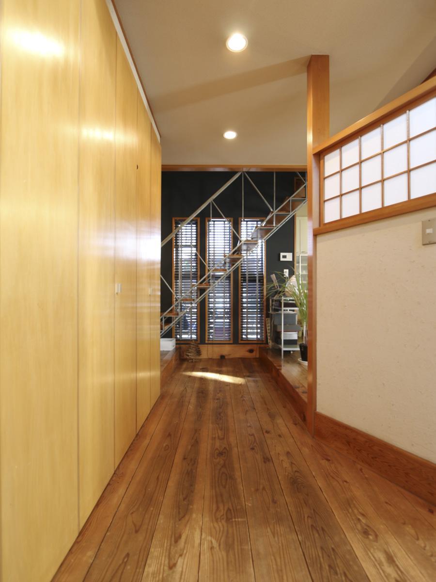 玄関からリビングまでの廊下。左側壁一面は収納