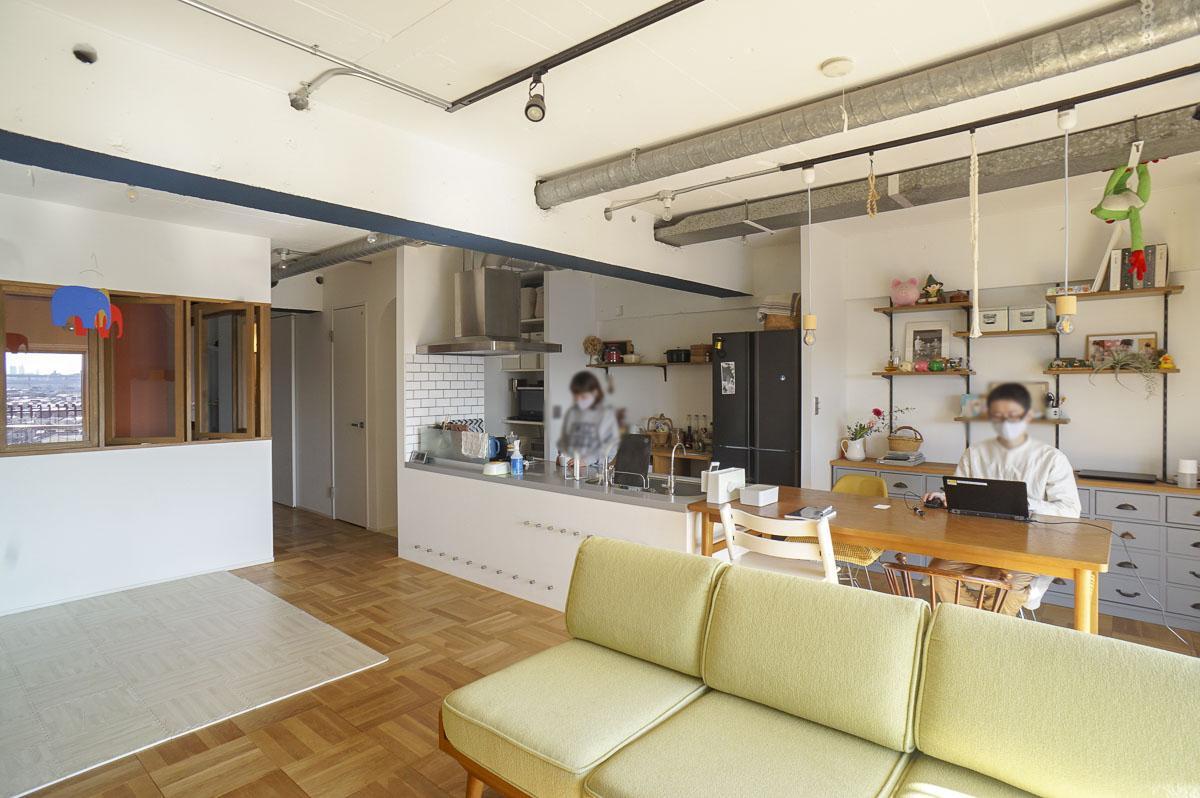 天井はむき出しコンクリートに白塗装し、ダクトレールや鋼製配管で照明を設置