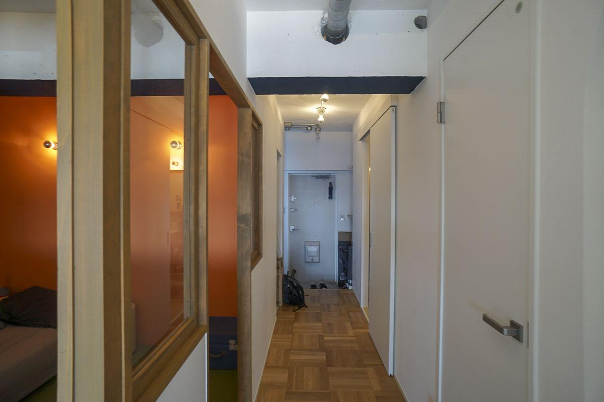 廊下:玄関方向への視点 右側のドアはトイレ