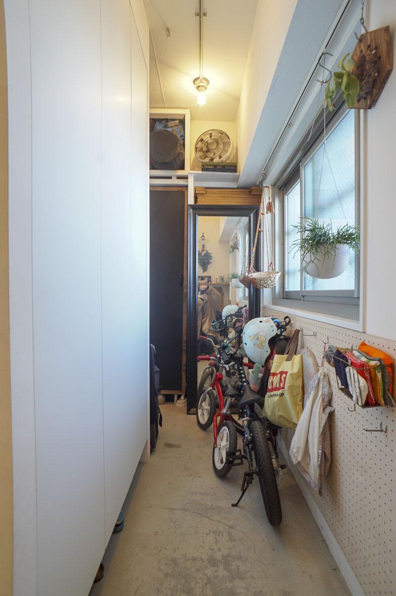 玄関横の土間:窓が効いています