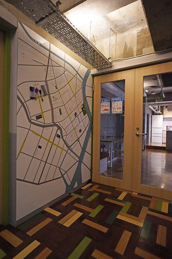 エントランスには周辺のマップが。お店情報などを共有できます