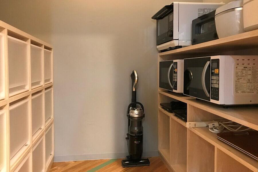 家電製品置き場と個人の調味料等の置き場は整理整頓されています
