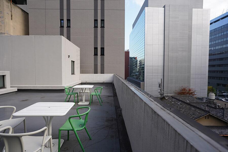 屋上にはテーブルとイスがあります